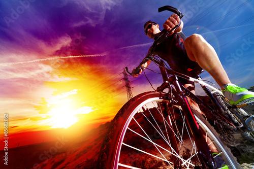 Photo Deporte y vida saludable. Bicicleta de montaña y puesta del sol.