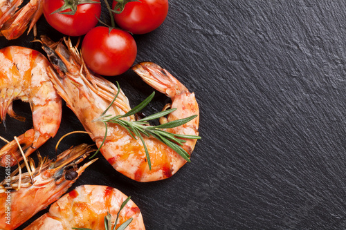 Poster Coquillage Grilled shrimps on stone plate