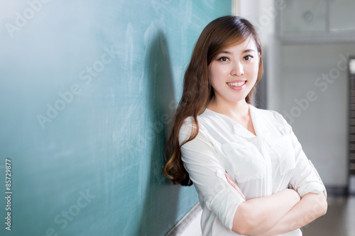 Fotografia  asian beautiful woman portrait infront of blackboard