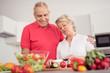 modernes älteres paar in der küche