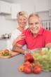 gesundes älteres paar in ihrer küche