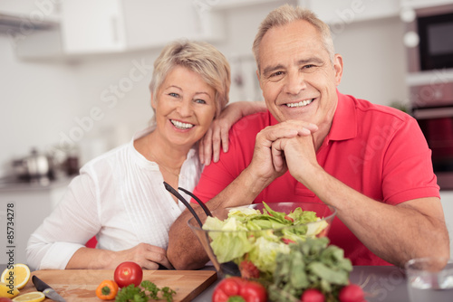 Obraz älteres paar ernährt sich gesund - fototapety do salonu