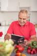 moderner senior sucht im internet nach rezepten