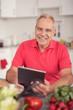 lächelnder senior sucht im internet nach kochrezepten