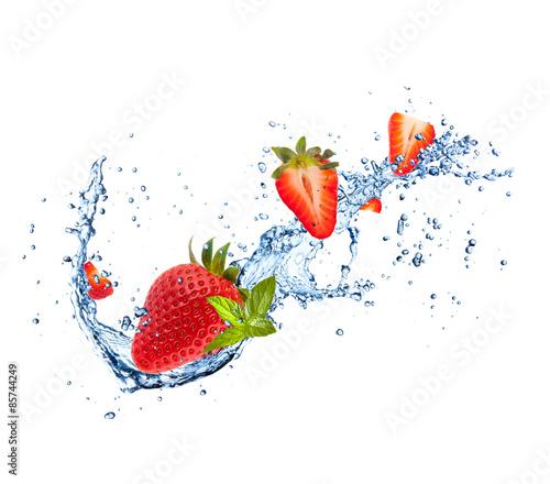 Poster Dans la glace Fresh strawberries in water splash on white