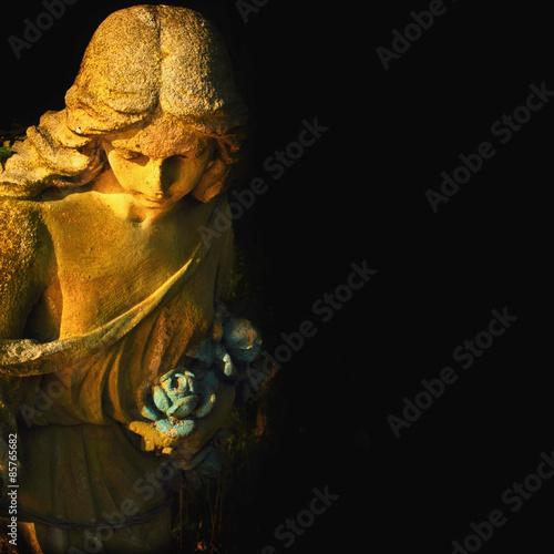 Papiers peints golden angel on the black background (antique statue)
