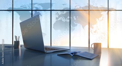 laptop-na-biurku-z-mapy-swiata