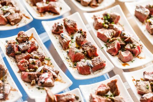 Deurstickers Klaar gerecht meat on the catering table