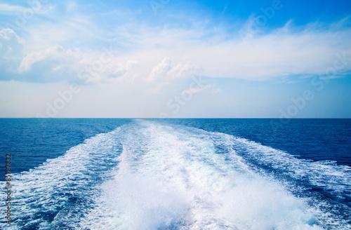 Autocollant pour porte Eau Sea, sky and a trace on the water.