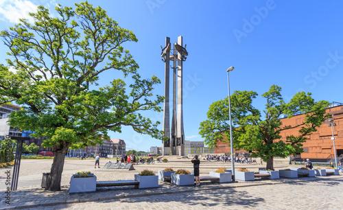 Fototapeta Gdańsk - Pomnik  stoczniowców zabitych w grudniu 1970 roku przez komunistyczne władze Polski, odsłonięty 16.12.1980 roku w dziesiątą rocznicę tych wydarzeń przed bramą stoczni. obraz