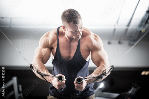 Photo  Bodybuilder doing butterfly on cable pull