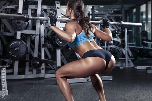 Fotografía  Hermosa mujer joven atractiva en el gimnasio