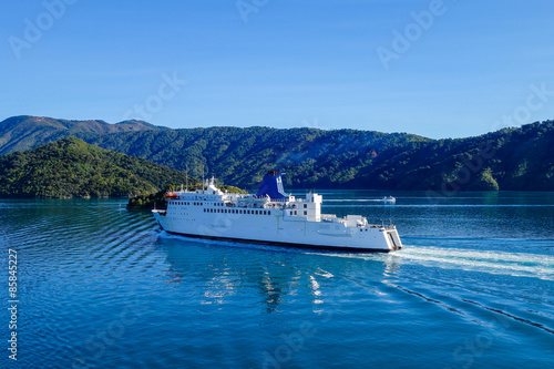 Cuadros en Lienzo Ferry gliding along the Cook Strait