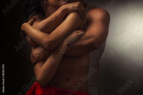 Fotografering a pair of lovers in embrace