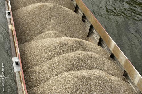 Fotografia  France, a barge in Seine river in Les Mureaux