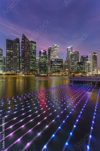 Photo  Singapore skyline with artistic light display in the foreground