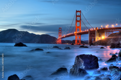 Spoed Foto op Canvas Brug Golden Gate Bridge Lights. Magic hour over the Golden Gate Bridge.