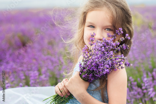 Photo  Happy little girl in lavender field with bouquet