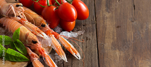 Stickers pour porte Coquillage Raw langoustine on ice with tomatoes and basil