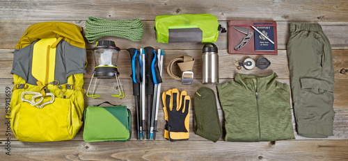 In de dag Kamperen Hiking and camping gear organized on rustic wooden boards