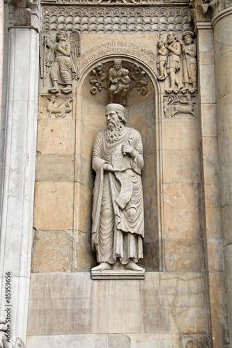Photo  il profeta Ezechiele; facciata del Duomo di Fidenza