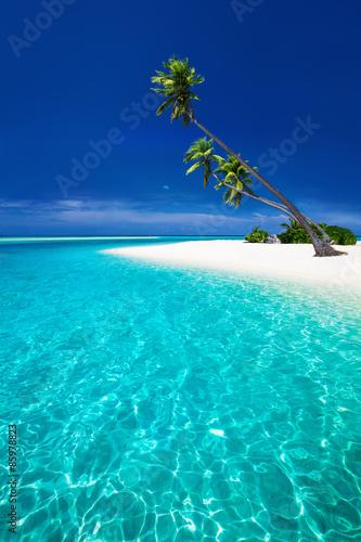 plaza-na-tropikalnej-wyspie-z-palmami