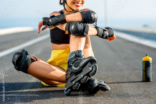 Fotografia Sport woman with rollers on the highway