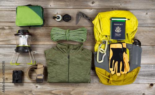 In de dag Kamperen Climbing gear for hiking on rustic wooden boards