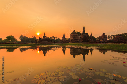 Fotomural Sukhothai historical park, the old town of Thailand in 800 years ago