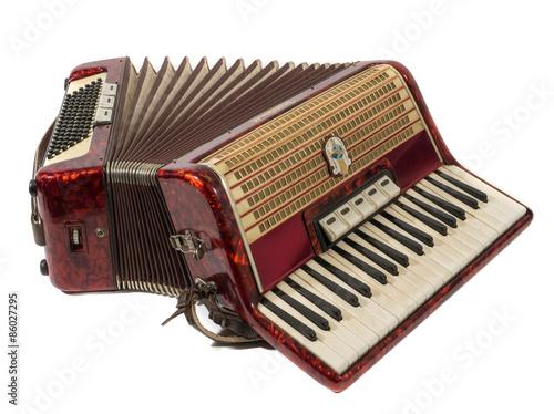 piekny-stary-akordeon-w-kolorze-czerwonym-na-bialym-tle