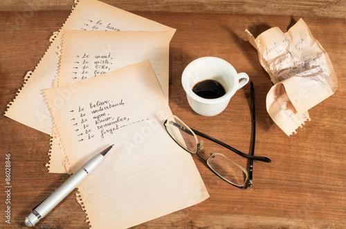 Photo Confusione emotiva con fogli strappati,parole scritte,occhiali e tazzina di caff