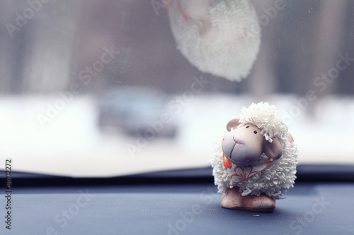 Fotografía  toy sheep background car panel