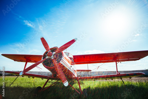 czerwoni-retro-samolotow-stojaki-na-trawie-przeciw