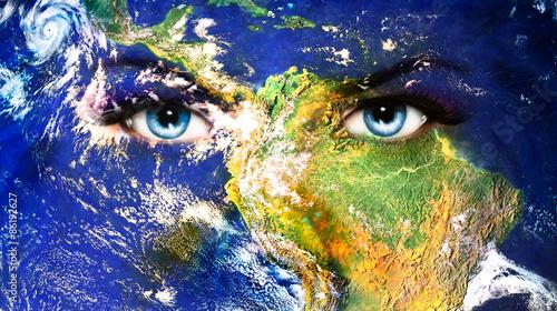 kontynent-ocean-planeta-ziemia-na-twarzy-kobiety-niebieskie-oczy