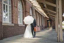 Brautpaar Versteckt Sich Hinter Sonnenschirm