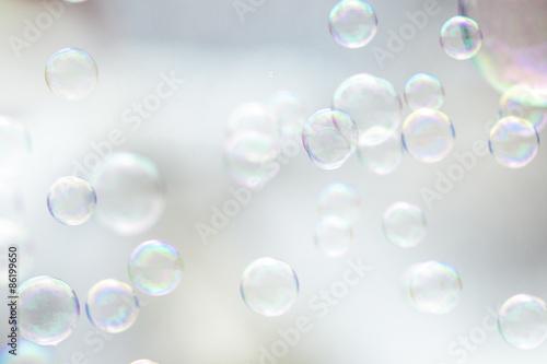 Fotografie, Obraz  Leichte und helle Seifenblasen als Grußkarte zum Geburtstag oder sommerlichen, feierlichen Anlässen und Festivals