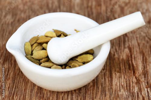Foto op Aluminium Spa Cardamom seeds in a mortar