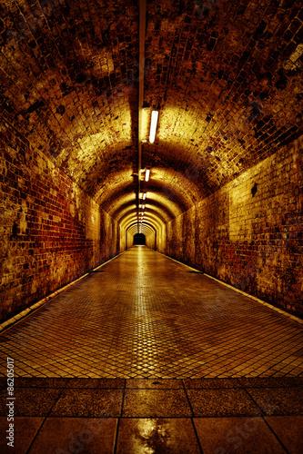 einsamer verlassener Tunnel