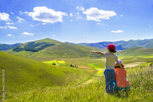 Fotografía  Bambine che osservano la natura