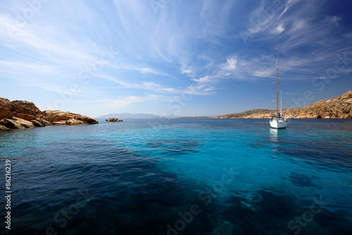 Photo  Sailboat in the bay of Cala Coticcio in Caprera island, Sardinia, Italy
