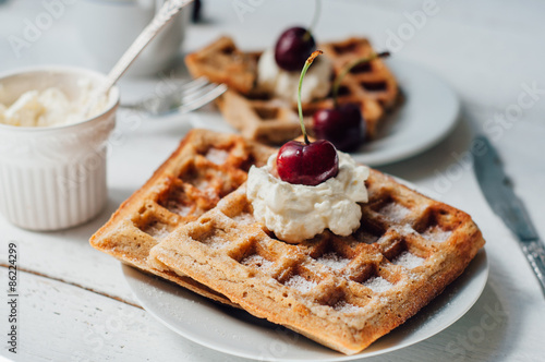 Fotografía  Breakfast with wholegrain waffles and whipped cream