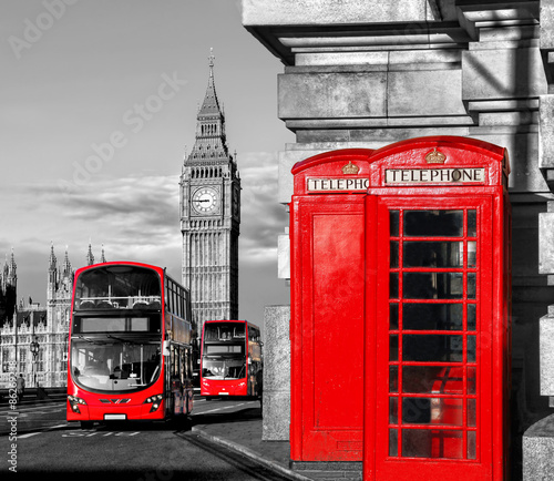 In de dag Londen rode bus London with red buses against Big Ben in England, UK