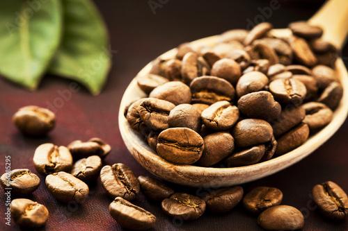 Papiers peints Café en grains Coffee beans in wooden spoon
