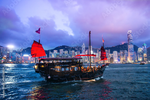 Fotografia  HONG KONG - JUNE 09, 2015: A Chinese traditional junk boa sailin