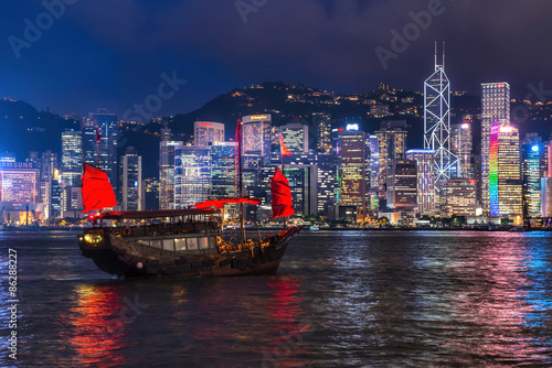 Photo  HONG KONG - JUNE 09, 2015: A Chinese traditional junk boa sailin