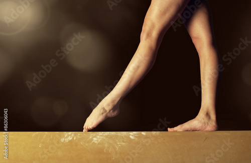 Spoed Foto op Canvas Gymnastiek Close view of a Gymnast legs on a balance beam