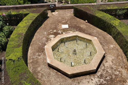 Fontaine en pierre, Jardins de l\'Alhambra, Grenade, Andalousie ...