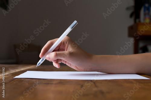 Foto  La main prête à ecrire la conception ou la lettre de motivation