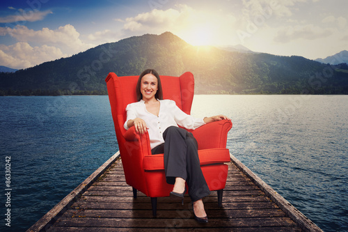 Fotografia  woman on the red chair on moorage