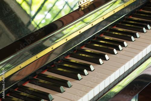Fotografija  piano keys in black and white color